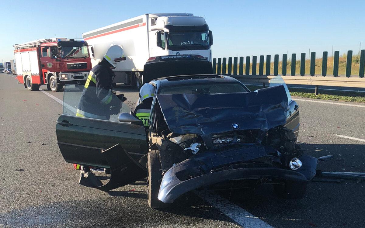 Rozbite auta po zderzeniu na autostradzie. Ranni