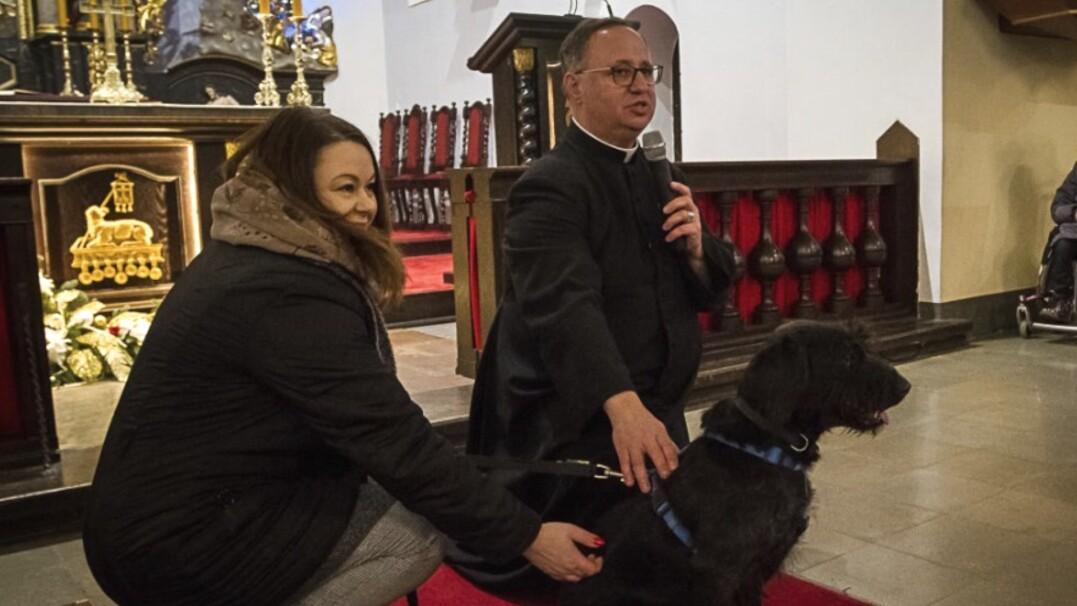 Pies na mszy. Ksiądz z Bartąga zachęcał do adopcji czworonogów
