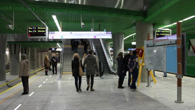 Mężczyzna wpadł pod pociąg na stacji drugiej linii metra