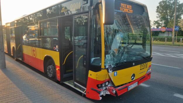 Autobus miejski powalił latarnię